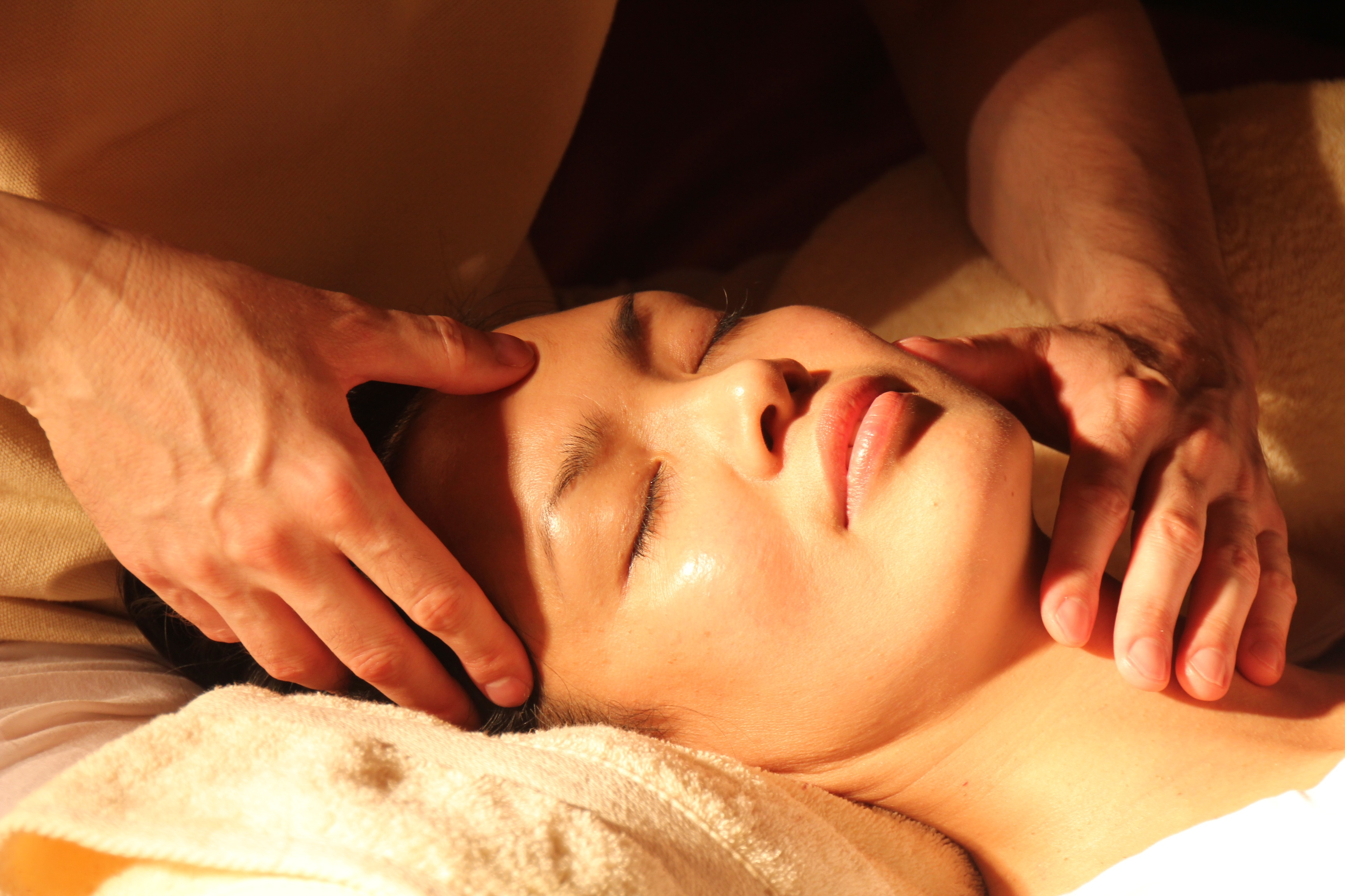 Pratiquer l'anti-ride indien: massage facial shirogriva
